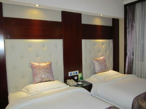 A bed or beds in a room at Dunhuang Star Express Hotel Zhangye Branch