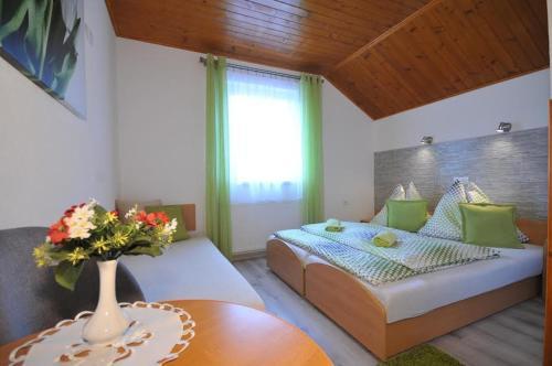 Posteľ alebo postele v izbe v ubytovaní Penzión pod Troma Korunami