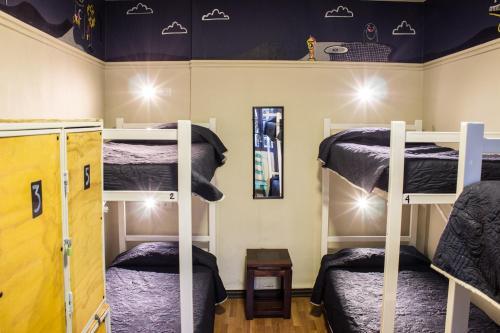 Uma ou mais camas em beliche em um quarto em Hostal Forestal