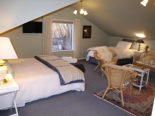 A bed or beds in a room at Tempest on Wanaka