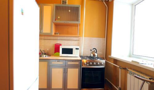 A kitchen or kitchenette at Уютный Тихвин апартаменты 3 микрорайон д 12а