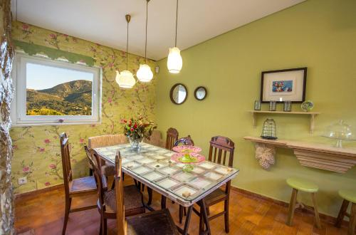 A restaurant or other place to eat at Arrábida Mountain House