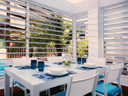 Un restaurante o sitio para comer en Livescape Soriano Suites