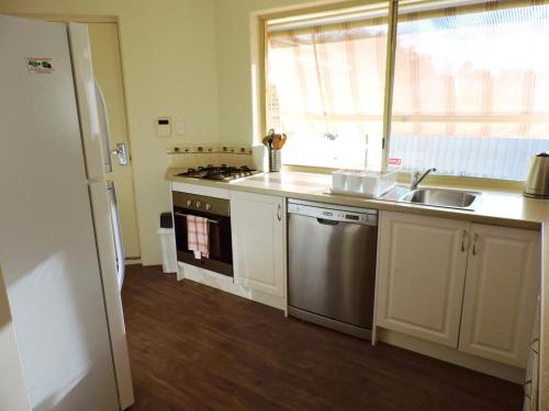 A kitchen or kitchenette at Silver Gull Family Retreat