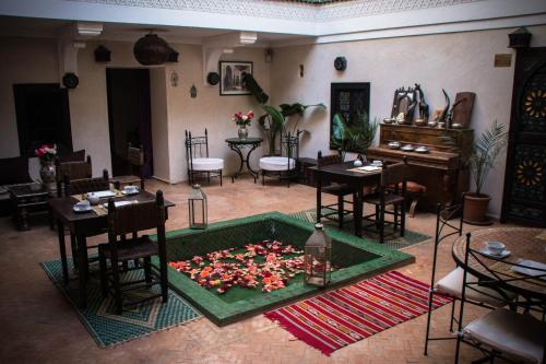 A restaurant or other place to eat at Riad Haraka
