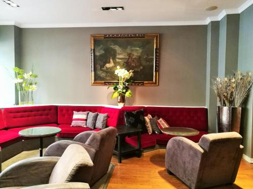 A seating area at Hotel Claude Bernard Saint-Germain