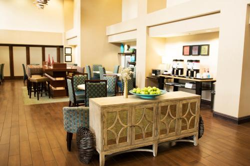 A restaurant or other place to eat at Hampton Inn & Suites Arroyo Grande
