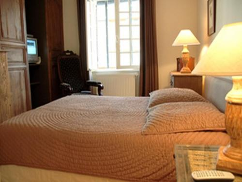 A bed or beds in a room at Au Grey d'Honfleur