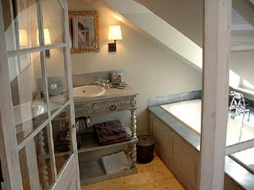 A kitchen or kitchenette at Au Grey d'Honfleur