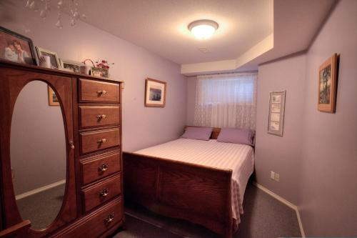 A bed or beds in a room at Hummingbird Bed and Breakfast