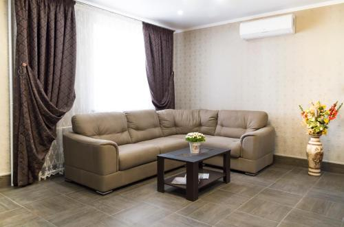 A seating area at Hostel Apart Express