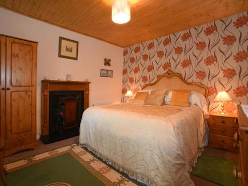A bed or beds in a room at Kerrigan's Cottage
