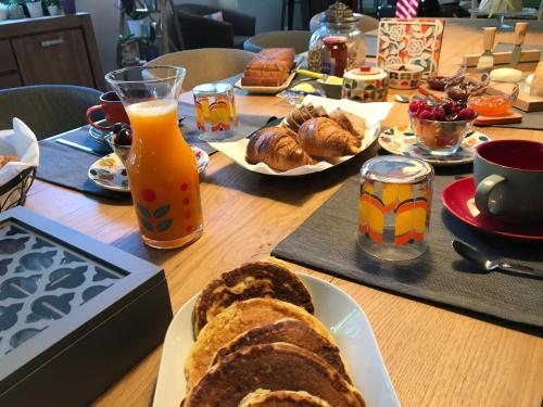 "Breakfast options available to guests at Maison d'hôtes ""L'atelier"""