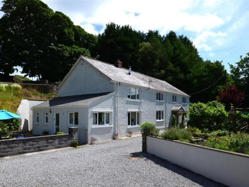 Quaint Holiday Home in Swansea with Garden