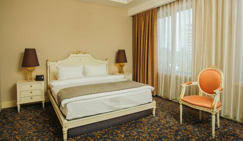 سرير أو أسرّة في غرفة في Intourist Palace Batumi Hotel & Casino