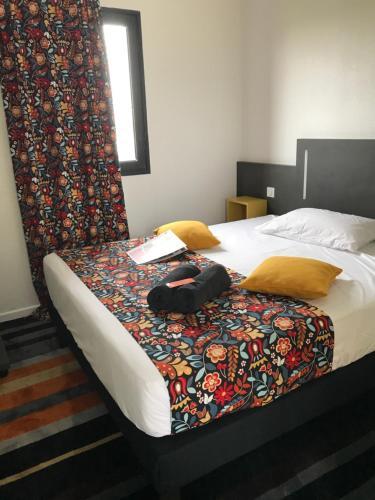 Un ou plusieurs lits dans un hébergement de l'établissement Kyriad Direct La Rochelle Aytré (ex Balladins)