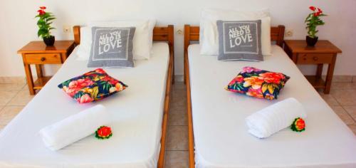 Łóżko lub łóżka w pokoju w obiekcie Litsa & Rosa Studios