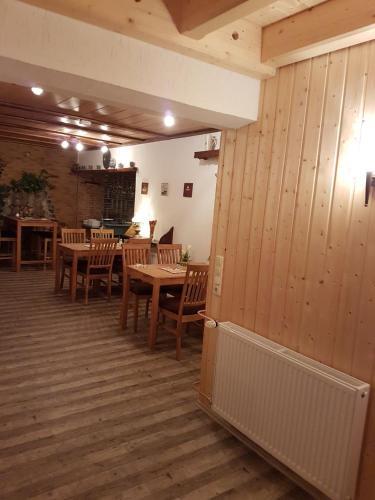 Ein Restaurant oder anderes Speiselokal in der Unterkunft Claudias Wohlfühlpension