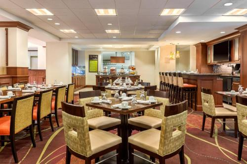 A restaurant or other place to eat at Hilton Garden Inn Arlington/Courthouse Plaza