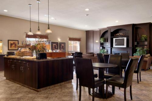 The lounge or bar area at Ramada by Wyndham Drumheller Hotel & Suites