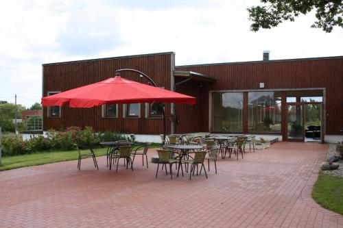 A restaurant or other place to eat at Rēderi