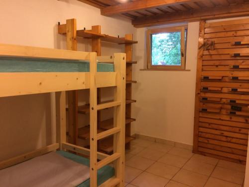 Blue Bike Hostel emeletes ágyai egy szobában