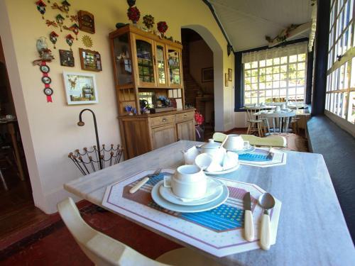 Um restaurante ou outro lugar para comer em Fazenda Alvorada