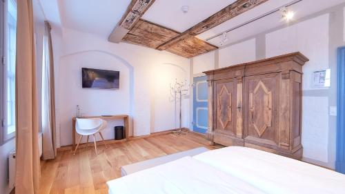 A bed or beds in a room at Anno 1433 Hotel Lüneburg