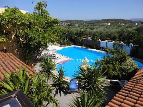 Majoituspaikan Pergamos Village uima-allas tai lähistöllä sijaitseva uima-allas