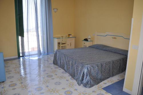A bed or beds in a room at Hotel Savoia