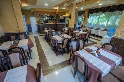 Ресторант или друго място за хранене в Хотел Луксор