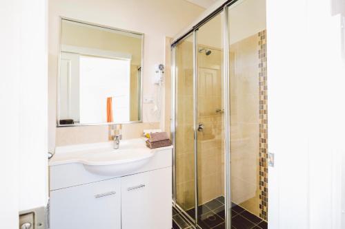 A bathroom at Boulevard Motel