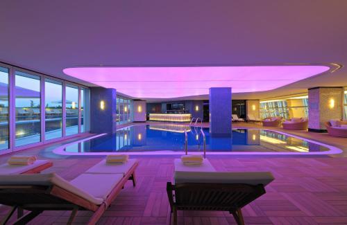 Radisson Blu Hotel Batumi tesisinde veya buraya yakın yüzme havuzu