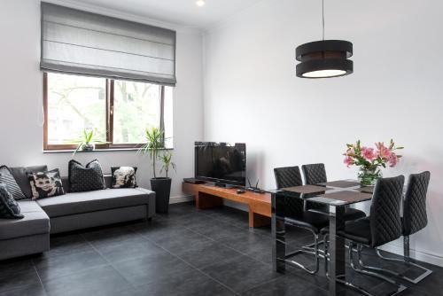 Część wypoczynkowa w obiekcie Black&White Apartment