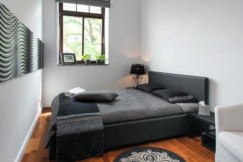 Łóżko lub łóżka w pokoju w obiekcie Black&White Apartment