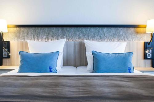 A bed or beds in a room at Hotel Neptun