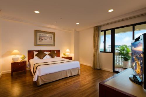 A bed or beds in a room at Norfolk Mansion - Luxury Serviced Apartment