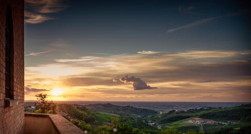 Alba o tramonto visti dall'interno dell'affittacamere o dai dintorni