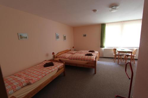 Ein Bett oder Betten in einem Zimmer der Unterkunft Landhotel Gutsherrn-Klause