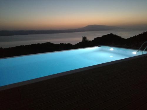 Poolen vid eller i närheten av Luxury Villa in Kechria 2
