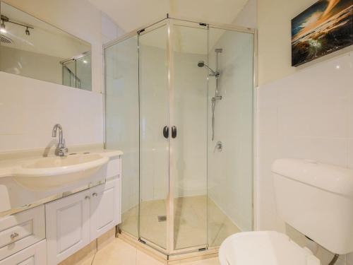 A bathroom at Marlin Motel