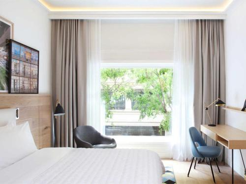 A bed or beds in a room at Le Meridien Barcelona