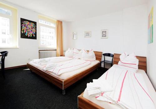 A bed or beds in a room at Hotel Goldener Hahn