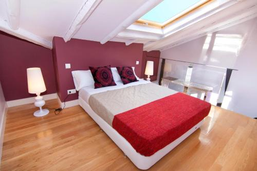 A bed or beds in a room at SmartRental Atocha
