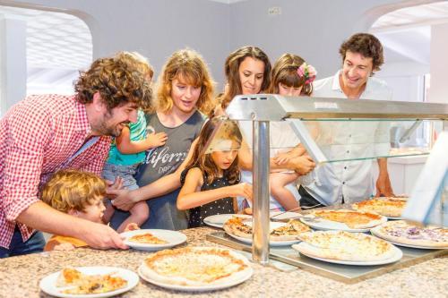 Famiglia che soggiorna presso Carema Club Resort