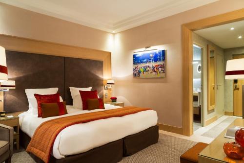 A bed or beds in a room at Hôtel Barrière L'Hôtel du Golf