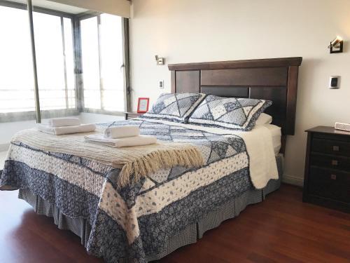A bed or beds in a room at El Cosmopolita Apartment