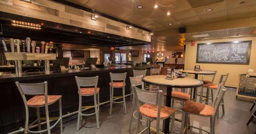The lounge or bar area at Best Western Plus Steeplegate Inn