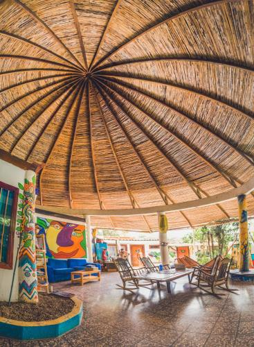 A restaurant or other place to eat at PURA VIDA Hostel Tamarindo