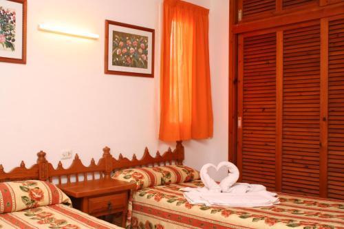A bed or beds in a room at Apartamentos del Rey